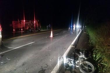 Duas pessoas morrem e três ficam feridas em grave acidente na PR-323
