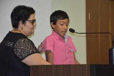 Vencedor de concurso nacional de redação recebe votos de aplauso em Umuarama