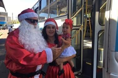 Motorista e cobradora de ônibus viram Papai e Mamãe Noel em Umuarama
