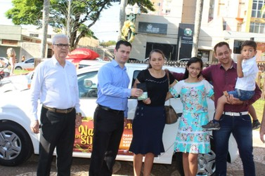 Aciu entrega prêmios da campanha Natal da Sorte