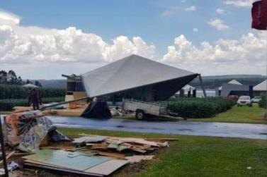 Vento forte causa estragos no Parque Show Rural, em Cascavel