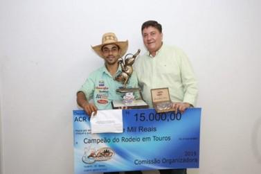 Alex Trindade é o grande campeão do Mega Rodeio Show da Expo-Umuarama