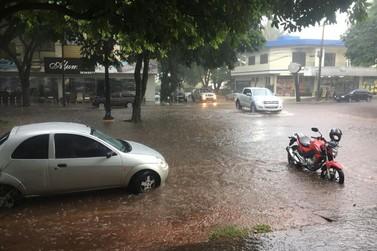 Chuva causa alagamento em residência, empresa e ruas de Umuarama
