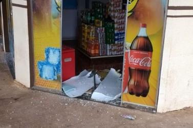 Homens roubam veículos e atiram em loja de conveniência em Francisco Alves