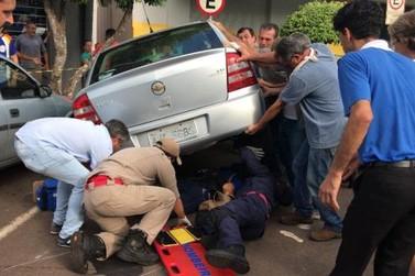 Populares ajudam a retirar mulher que ficou embaixo de veículo após acidente