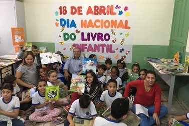Alto Piquiri entrega livros infantis para escolas e creches municipais