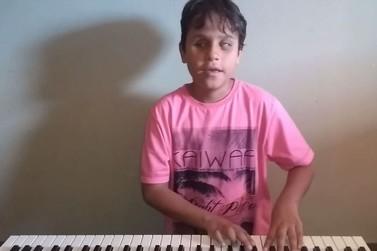 Menino de 10 anos com deficiência visual é exemplo de superação