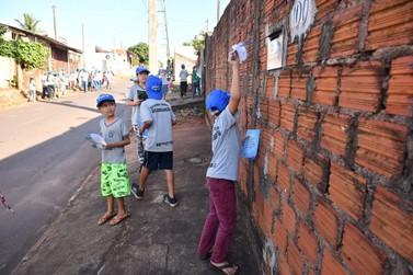 Alunos saem às ruas para combater a dengue no Parque Industrial em Umuarama