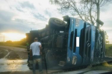 Caminhão tomba ao fazer curva em rodovia da região de Umuarama