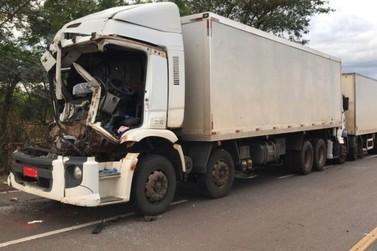 Engavetamento entre caminhões deixa dois feridos na Rodovia PR-323