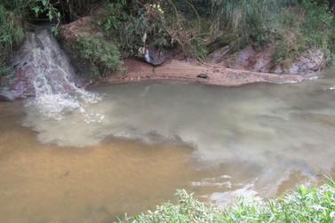 IAP autua Sanepar por despejo de esgoto no córrego Pinhalzinho, em Umuarama