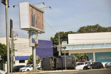 Maio Amarelo expõe veículos acidentados em locais estratégicos de Umuarama