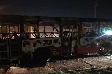 Ônibus do transporte coletivo é incendiado em Toledo