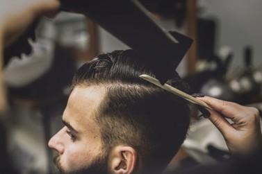Barbearia de Umuarama dá 40% de desconto em corte para quem doar agasalho
