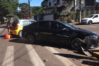 Casal de idosos fica ferido em acidente em cruzamento no centro de Umuarama