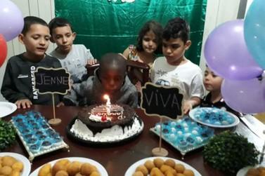 Criança haitiana ganha primeira festa de aniversário de voluntárias em Paranavaí