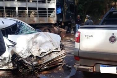 Dois carros e uma carreta colidem na Rodovia PR-323, em Perobal