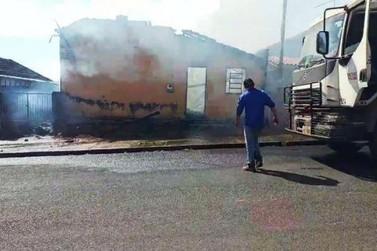 Imóvel público é destruído por fogo em Moreira Sales