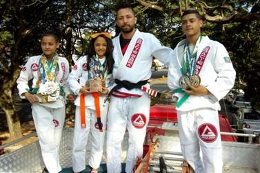 Atletas campeões de mundial de jiu-jitsu são homenageados com carreata