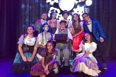 Companhia de teatro Eskéte, de Cruzeiro do Oeste, recebe premiação em festival