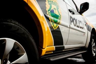 Homens armados invadem residência, roubam carro e ameaçam família de morte