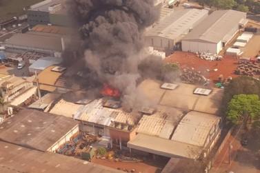 Incêndio atinge barracão de fábrica de mangueiras e correias em Maringá