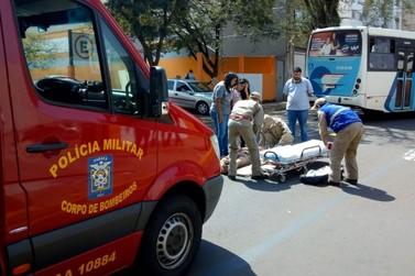 Motociclista de 19 anos fica ferido em acidente no Centro de Umuarama