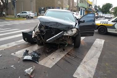 Motorista é encaminhado ao hospital após acidente no centro de Umuarama