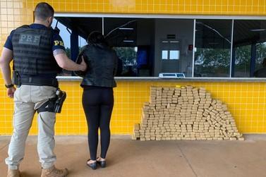 Mulher de 27 anos é presa pela PRF com 195 quilos de maconha em Guaíra