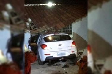 Veículo vai parar dentro de residência após colisão em Paranavaí