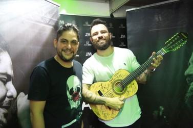 Arena A6 doa viola autografada por artistas para Hospital Norospar, em Umuarama