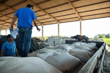 Umuarama distribui calcário e fertilizantes para estimular produção leiteira