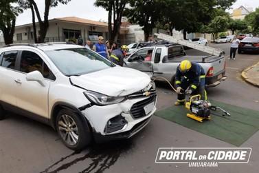 Bombeiros removem porta de carro para socorrer motorista em acidente em Umuarama