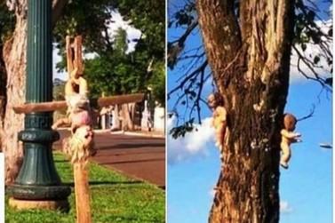 Bonecas penduradas em árvores e em cruz assustam moradores de Peabiru