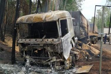 Carreta pega fogo e condutor de carro morre em colisão entre Loanda e Paranavaí