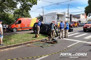 Carro capota após batida com ambulância e deixa dois feridos em Umuarama