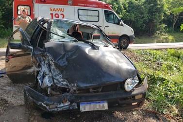 Carro sai da pista, bate em árvore e dois ficam em estado grave na BR-487