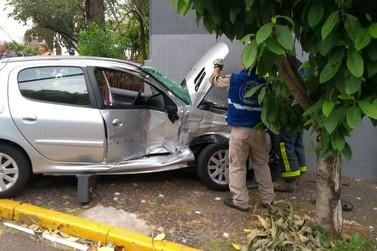 Carro vai parar na parede de hotel após colisão com ônibus no centro de Umuarama
