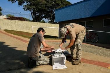 Drone busca criadouros do mosquito da dengue na Avenida Paraná, em Umuarama