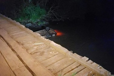 Homem e bebê de 6 meses morrem após carro cair de ponte em Salto do Lontra