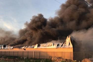 Incêndio destrói barracão de recicláveis em Paiçandu durante a madrugada
