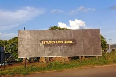 Outdoors com mensagens consideradas misteriosas provocam curiosidade em Umuarama