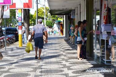 'Sabadão' é dia de comprar sem pressa no comércio de rua de Umuarama