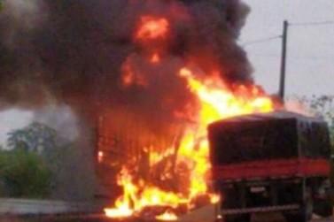 Acidente entre dois caminhões causa incêndio e deixa uma pessoa morta na PR-082