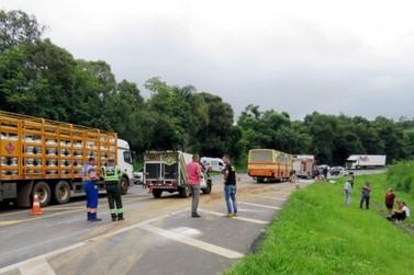 Cinco pessoas da mesma família morrem em colisão entre carro e ônibus na BR-277