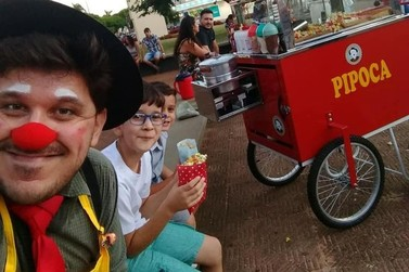 Conheça Carlito, o palhaço pipoqueiro que alegra os fins de semana em Umuarama