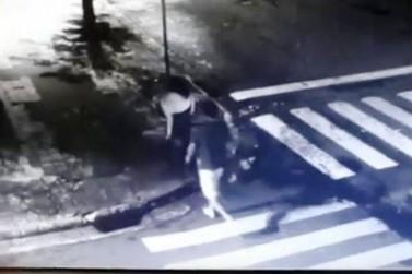 Vídeo mostra suspeito de estupro abordando vítima na região de Cianorte