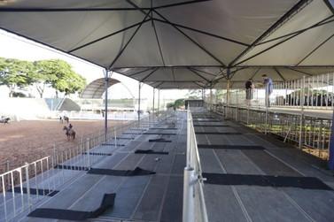 Centenas de pessoas trabalham nos últimos preparativos da 46ª Expo Umuarama