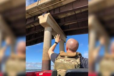 Policiais resgatam suspeito de contrabando em pilar da Ponte Ayrton Senna