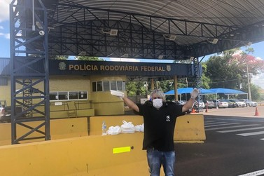PRF acolhe mecânico que distribuía marmitas a caminhoneiros à beira de rodovia